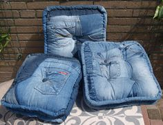 How to make Jeans Have a Second Life Ineke Berger did earlier a lot with fabrics. Diy Jeans, Jean Crafts, Denim Crafts, Recycled Fashion, Recycled Denim, How To Make Jeans, Denim Furniture, Mochila Jeans, Denim Decor