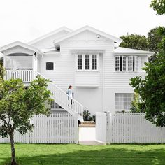 A Queenslander Reno Est Editor at Large Sian MacPherson shares a look at her Queenslander reno completed in just eleven weeks, with some help from our friends at Laminex. Queenslander House, Weatherboard House, Exterior Colors, Exterior Paint, Zen Interiors, Home Improvement Loans, Beach Cottage Style, Facade House, House Exteriors