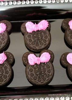 Minnie Mouse Oreos This Minnie Mouse birthday party uses FREE PRINTABLE Minnie ears in the decorations, favors, and party table. Cute ideas for a Minnie Mouse birthday party! Minnie Mouse First Birthday, Minnie Mouse Baby Shower, Mickey Party, Mickey Mouse Birthday, Minnie Mouse Theme Party, Frozen Birthday, Pirate Party, Minnie Birthday Ideas, Mini Mouse Party Favors