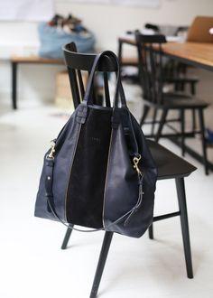 Sézane / Morgane Sézalory - Calvin bag - Navy and black Beautiful Handbags, Beautiful Bags, Tote Handbags, Leather Handbags, My Bags, Purses And Bags, Leather Backpack, Leather Bag, Shoe Boots
