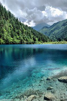 Jiuzhaigou Sichuan, China photography blue water outdoors nature trees mountains. - Ik heb deze foto gekozen, omdat ik het een mooie foto vind. Het doet me denken aan onze vakanties.
