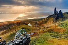 The Old Man of Storr, Isle of Skye, Scotland Wallpaper Scotland Road Trip, Scotland Travel, Scotland Uk, Scotland Nature, Scotland Hiking, Scotland Wallpaper, Sky E, Perfect Road Trip, Beau Site