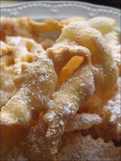 Le chiacchiere sono una ricetta tipica di Carnevale, conosciute in tutta Italia anche con il nome di cenci, frappe o bugie.