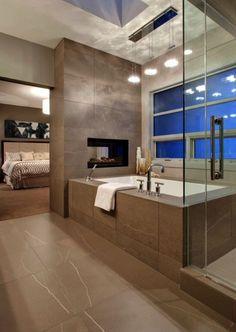 elegantes Bad mit Dusche und Wanne hinter Glaswand  Bad