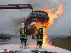 Brennender Pkw muss zum Löschen mit Kran angehoben werden http://www.feuerwehrleben.de/brennender-pkw-muss-zum-loeschen-mit-kran-angehoben-werden/ #feuerwehr #firefighter