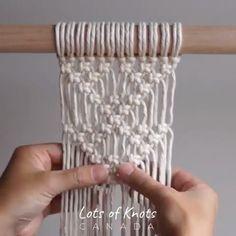 A square knot macrame triangle pattern. Macrame Design, Macrame Art, Macrame Projects, Macrame Wall Hanging Patterns, Macrame Plant Hangers, Free Macrame Patterns, Weaving Wall Hanging, Macrame Curtain, Weaving Art