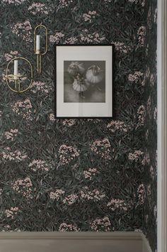 Vild, vacker och omslutande blodfläder i organiskt mönster med subtila gulddetaljer. Rummet får en modern och tidlös känsla med mjuka toner i grönt och rött på svart botten. Design: Sara Bergqvist