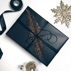 Elegant gift wrapping ideas for Christmas, birthdays or any other occasion. 4 be… Elegant gift wrapping ideas for Christmas, birthdays or any other occasion. 4 beautiful ways to wrap gifts this holiday season. Your guide to make every present special. Elegant Gift Wrapping, Creative Gift Wrapping, Present Wrapping, Creative Gifts, Gift Wrapping Ideas For Birthdays, Birthday Wrapping Ideas, Wrapping Paper Ideas, Cute Gift Wrapping Ideas, Black Wrapping Paper