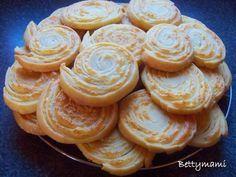 Hozzávalók:Tésztához:500g liszt250g vaj/margarin2dl tejföl1 evőkanál só1/2 csomag sütőporTöltelékhez:250g vaj/margarin250g reszelt sajtElkészítés:A... European Cuisine, Hungarian Recipes, Cheese Ball, Empanadas, Cake Cookies, Doughnut, Recipies, Vaj, Muffin