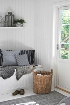 Regardless of what season it's, keeping your mudroom clutter free can be an intimidating undertaking. Some individuals think of it more as a storage space in place of part of the house. Room Inspiration, Interior Inspiration, Boho Deco, Home And Deco, My New Room, Mudroom, My Dream Home, Home And Living, Home Fashion