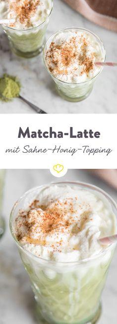 Dieser Matcha-Latte mit einem Sahne-Honig-Topping und Zimt bringt Farbe und einen süß-herben Geschmack in die grauen Tage und ist dabei noch gesund!