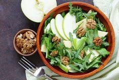 Sedem skvelých šalátov na horúce dni a zálievky, ktoré sa nezunujú - Žena SME Onion Benefits Health, Yogurt Benefits, Cauliflower Pasta, Cauliflower Recipes, Fennel And Apple Salad, Celery Salad, Gourmet Salad, Salad Recipes, Healthy Recipes