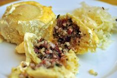 Überbackene Speckknödel mit Krautsalat