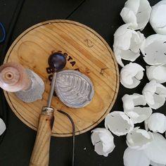 Una tabla de pulpo vale para muchas cosas!!!flores de seda hechas a mano! #tocados #novias #bride #brideoyc #bridal #madrina #oliviaycloe #floreshandmade #floresoyc