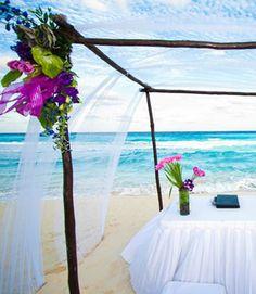 Si ya decidiste celebrar tu boda cerca del mar porque quieres disfrutar del clima cálido, te damos algunas ideas de decoración para una ceremonia de boda en la playa.