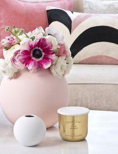 So funktioniert der Look »Happy Chic«: Grafikmuster sorgen für Spannung im ansonsten uni-lastigen Look. Mit schlichtem Weiß und zarten Blumen kombiniert wirken Messing-Dekogrüppchen moderner und weniger pompös. // Wohnzimmer Ideen Deko Blumen Couchtisch Vase Kerzen Kissen Sofa #Wohnzimmer #WohnzimmerIdeen #Deko #Dekoration