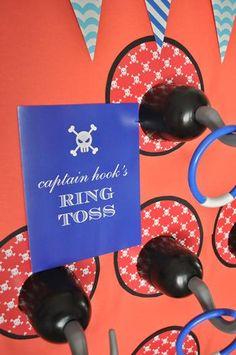 Un juego idóneo para una fiesta pirata: tira el anillo a los garfios! / An ideal game for a pirate party: pirate hook ring toss!