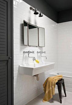 On aime bien le lavabo vintage type école Modern Laundry Rooms, Laundry In Bathroom, White Bathroom, Bathroom Closet, Marble Bathrooms, Simple Bathroom, Bad Inspiration, Bathroom Inspiration, Lavabo Vintage
