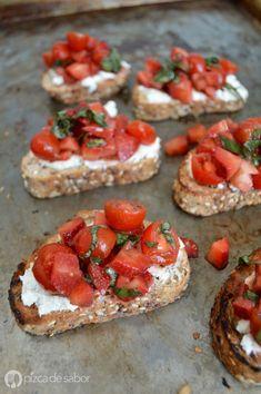 Bruschetta con queso de cabra, tomate y fresas | http://www.pizcadesabor.com