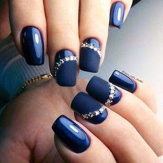 Manicura cuadrada tono azul medio y anular con marca mate señalada con piedras