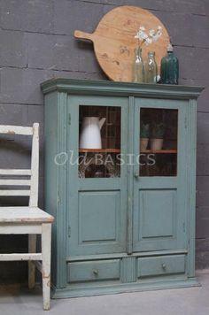 Vitrinekast 10156 - Sfeervolle oude vitrinekast met een prachtige groene kleur. Achter de half open paneel deuren zitten twee vaste legplanken, onderin twee lades. Deze ondiepe kast is aangezien de hoogte ook leuk om ergens bovenop te zetten!