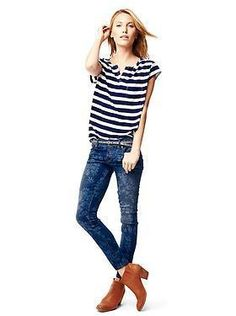 Jeans with a sporty tee and boots? A great low-key look for a low-key chick.