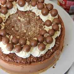 No-Bake Chocolate Malteser Cheesecake! Malteser Cheesecake Recipe, Easy Cheesecake Recipes, Chocolate Crunch, Chocolate Recipes, Chocolate Cake, Fun Desserts, Delicious Desserts, Awesome Desserts, Janes Patisserie