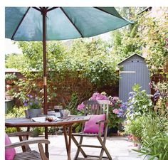 Courtyard patio with garden bench Small Courtyard Gardens, Small Courtyards, Small Gardens, Garden Table And Chairs, Outdoor Garden Furniture, Porches, Shabby Chic Dining, Garden Pictures, Pergola Shade