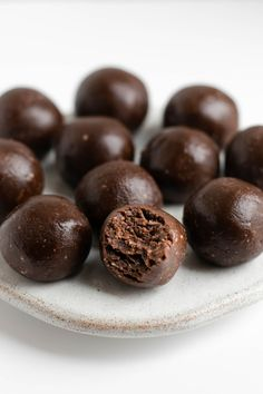 Super easy chocolate and peanut butter energy bites dairyfree glutenfreerecipe veganfood via Peanut Butter Recipes, Raw Food Recipes, Sweet Recipes, Snack Recipes, Dessert Recipes, Vegan Snacks, Protein Snacks, Protein Desserts, Protein Bites