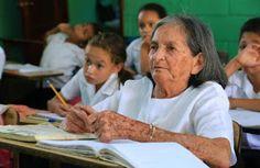 Para poder ler a Bíblia, idosa se matricula em escola em Honduras