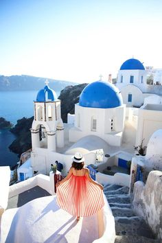 While in Santorini, we explored Fira the capital of Santorini and the ultimate Greek Island village, Oia. Here I share the top things to do, to see, to eat and to drink in Fira and Oia.  FIRA...