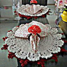 The crochet Sousplat is a piece that serves to complement the decoration of the dining table with sophistication, beauty and elegance. Crochet Dollies, Crochet Diy, Crochet Home Decor, Crochet Mandala, Love Crochet, Crochet Gifts, Beautiful Crochet, Crochet Sunflower, Crochet Kitchen