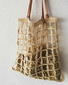 Raffia combined with leather # raffia # knitting . Love Crochet, Knit Crochet, Crochet Market Bag, String Bag, Tote Pattern, Summer Bags, Knitted Bags, Crochet Accessories, Handmade Bags