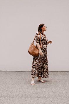 Produktempfehlungen. Am Modeblog findest du heute die schönsten Maxikleider für den Sommer plus passende Styling-Tipps on top! www.whoismocca.com Casual Chic Outfits, Outfits Tipps, Denim Jacke, Curvy Plus Size, Fashion Group, Jumpsuit Dress, All About Fashion, Fashion Bloggers, Amazing Women