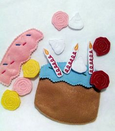 Birthday cake Felt flannel story board set includes 15 pieces. Children will love the pretending and spend hours playing with this set. Can be played with or without a flannel board great for busy bag