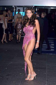 Самые обсуждаемые наряды знаменитостей  КЕЛЛИ БРУК Келли Брук в розовом платье Julien Macdonald на премьере фильма «Большой куш» в 2000 году.