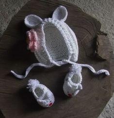Conjunto de gorro e sapatinhos confeccionados em crochê.  cor branco  tamanhos - RN/ 1 a 3 / 3 a 6 meses R$ 49,90
