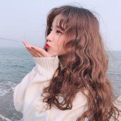Fringe Brown hair Brunette wavy hair with bangs Uzzlang Girl, Scorpius Rose, Ulzzang Korean Girl, Soyeon, Aesthetic Girl, Kpop Aesthetic, Hairstyles With Bangs, Pretty People, Kpop Girls