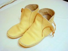 Leather Moccasins, Leather Shoes, Moccasin Boots, Shoe Boots, How To Make Moccasins, Viking Shoes, Shoe Crafts, Simple Shoes, Leather Diy Crafts