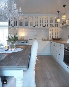 I like the wide wall with all the glass front cabinets, would be .- Ich mag die weite Wand mit all den Glasfrontschränken, wäre gut für jedes I like the wide wall with all the glass front cabinets, would be good for everyone … - Farmhouse Kitchen Tables, Country Kitchen, New Kitchen, Kitchen Decor, Kitchen Colors, Kitchen Sink, Kitchen Cabinets, Kitchen Dishes, Floors Kitchen