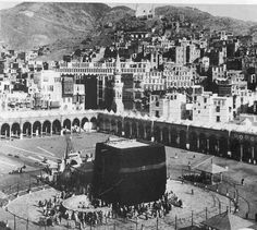 T E Lawrence and the Arab Revolt 1916 - - the Kaaba. Looking down over the the Kaaba and the Haram, with the city behind. Masjid Haram, Mecca Masjid, House Of Saud, Medina Mosque, Mecca Wallpaper, History Of Islam, Mekkah, Islamic Images, Les Religions