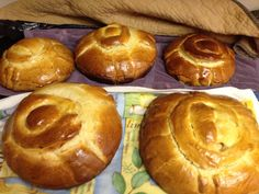 """This is """"Folares"""" Portuguese sweet bread with row eggs inside (Easter Tradition) It's my mom recipe. Portuguese Sweet Bread, Portuguese Recipes, Easter Traditions, Recipe For Mom, Egg Decorating, Doughnut, Love Food, Easter Eggs, Sandwiches"""