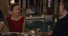 À noite, ele a leva para jantar em um premiado restaurante e ela usa um vestido vermelho com um drapeado no ombro. O figurino dela é bem inspirado nos looks das franceses: bijou quase zero e muito clássico.