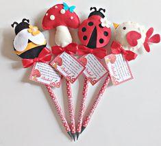 Acompanha o lápis personalizado, cartão de agradecimento, laço com fita de cetim. Pedido mínimo de 20 unidades. PRODUTO PERSONALIZADO. Rendas, tecidos, fitas e laços - poderão variar de acordo com a disponibilidade no fornecedor, antes de efetuar a compra nos contate. Produto exclusiv... Flower Pens, Ladybug, Easter, Christmas Ornaments, Holiday Decor, Flowers, Iglesias, Silhouette Projects, Pencil Crafts