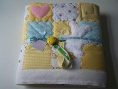 *Dieses süße und individuelle Geschenkset zur Gebirt oder zur Taufe Ihres kleinen Lieblings besteht aus:    1x Patchwork Babydecke 80x80 cm  1x Schnullerband