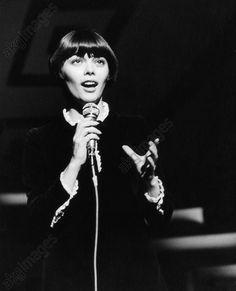 Mireille Mathieu lors d'une prise de son. Fin 1967