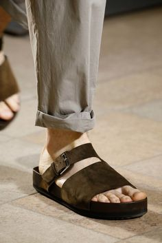 Hermès Spring 2016 Menswear Fashion Show Flat Shoes Outfit, Leather Sandals, Men Sandals, Sandals 2014, Leather Slippers For Men, Vogue Paris, Stylish Mens Outfits, Kinds Of Shoes, Spring 2016