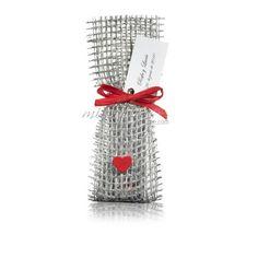 Saquito plata con corazón y lazo de rafia rojos.