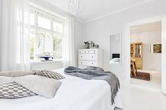 Tan pronto como repaséis las fotos de este piso sueco os daréis cuenta de la cantidad de iluminación extra en la cocina.La cocina no es nueva y no tiene un sistema de iluminación integrado, pero l…