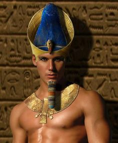 Make-up was normal thing for men in ancient Egypt Egyptian Eye Makeup, Egypt Makeup, Ancient Egyptian Clothing, Egyptian Fashion, Pharoah Costume, Egyptian Hairstyles, Brown Matte Lipstick, Egyptian Costume, Egyptian Party